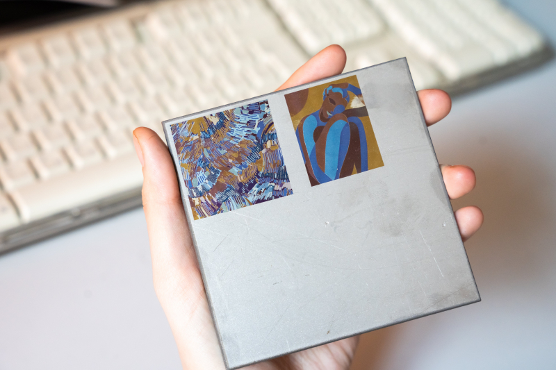 Изображения, сделанные на металлической пластине с помощью лазерной технологии