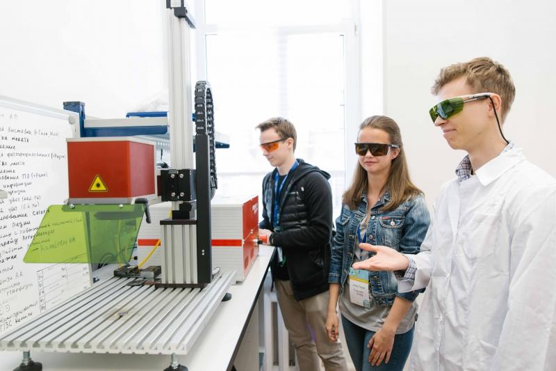 Лазерный станок для гравировки металлов МиниМаркер 2 в Лазерной школе университета ИТМО
