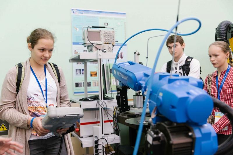 Результаты своей работы в Школе лазерных технологий школьники представляют на Конгрессе молодых ученых