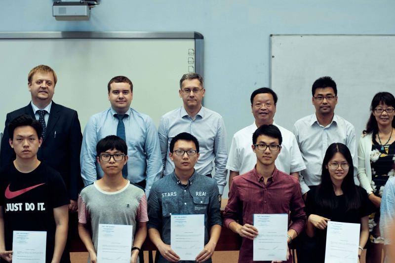 Организаторы летней школы  на вручении сертификатов о прохождении летней школы