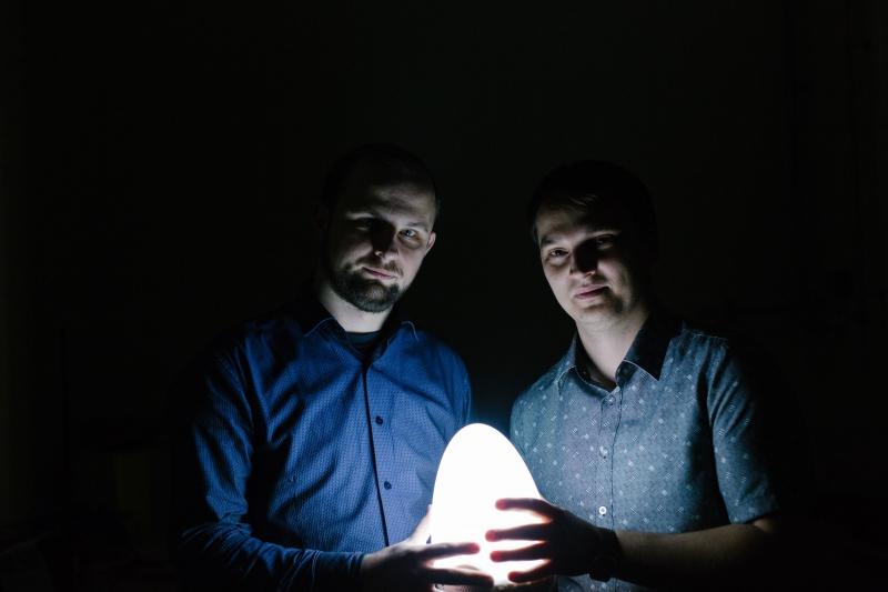 Создатель «нанолампочки» Иван Синев и Сергей Макаров