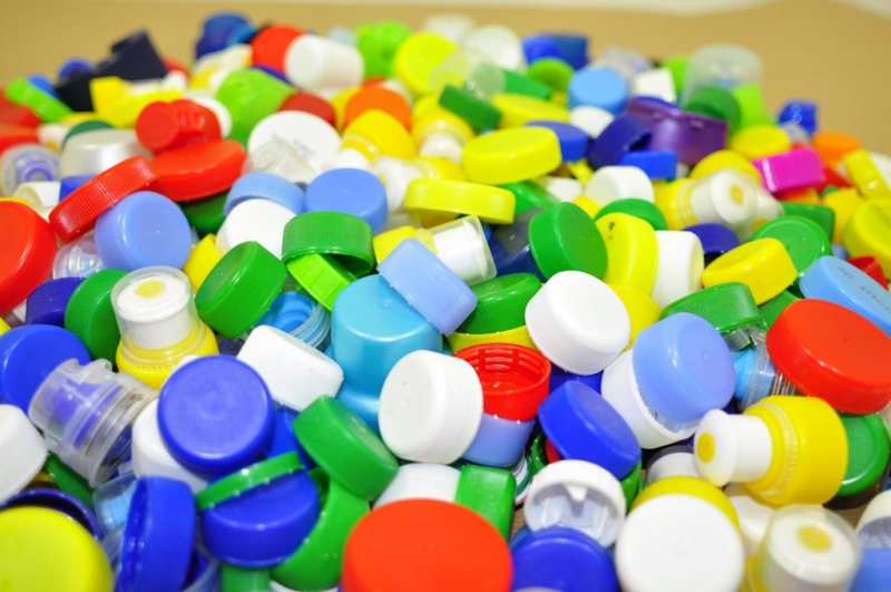 Recycling of plastic bottle caps. Credit: recikling.com