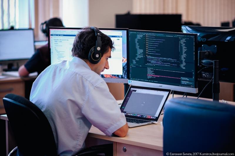 Программист в офисе DataArt. Источник: kumiros.livejournal.com