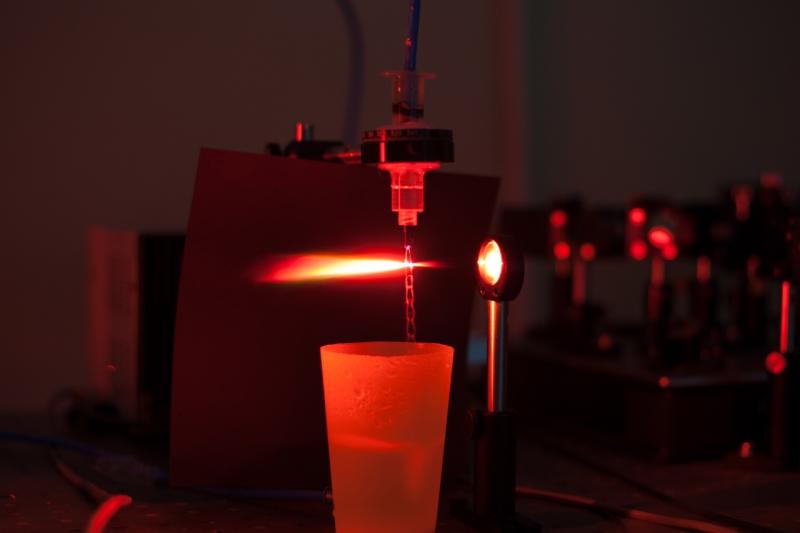 Процесс филаментации и возникновения терагерцового излучения в жидкости