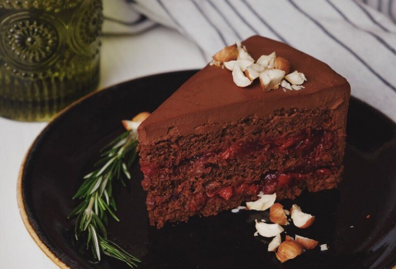 MIR's chocolate and cherry cake. Credit: vk.com/veganmir