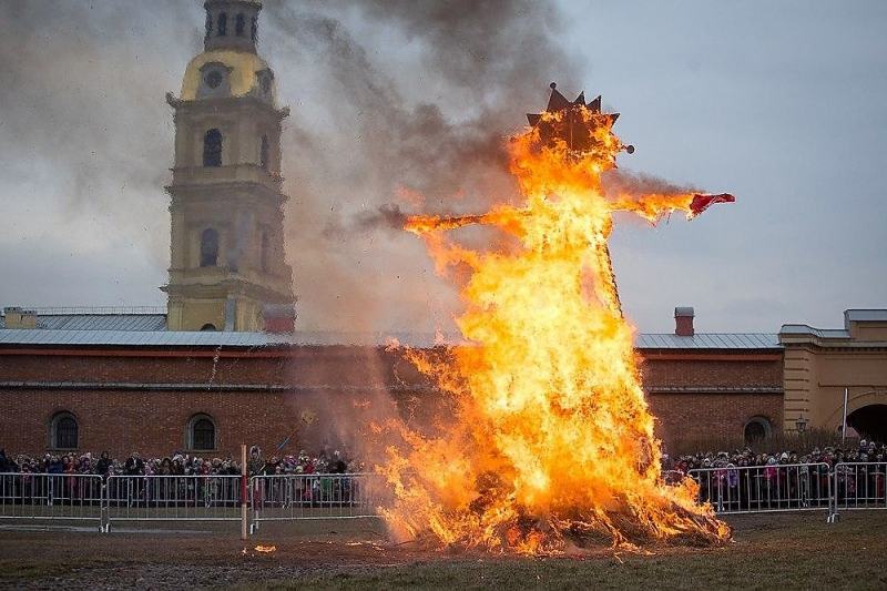 The burning of the Maslenitsa scarecrow. Credit: spb.kp.ru