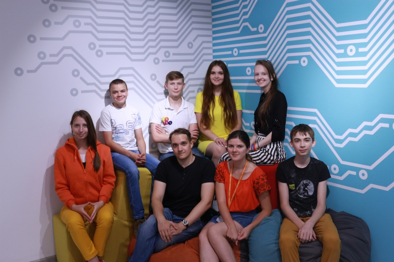 Participants of the project on the creation of a focusing antenna lens with their ITMO mentor Mikhail Zhukov at the Sirius educational center