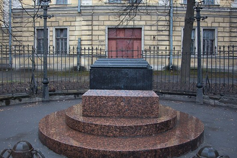 Monument to the Invisible Man? Credit: visit-petersburg.ru