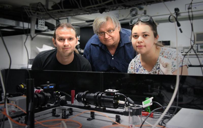 Изображение: команда Австралийского Национального Университета в оптической лаборатории (слева-направо): доктор Сергей Крук, профессор Юрий Кившарь и аспирант Елизавета Мелик-Гайказян