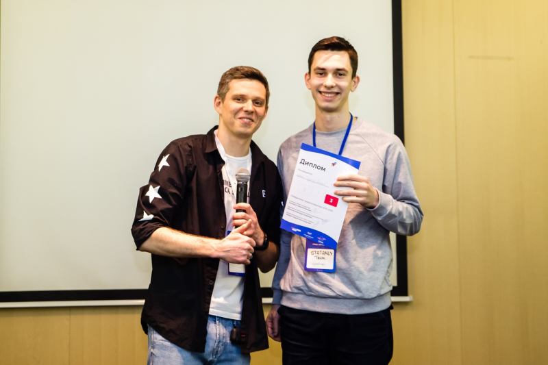 Dmitry Puzyrev (right) at the ITMO Pre-Accelerator Demo Day