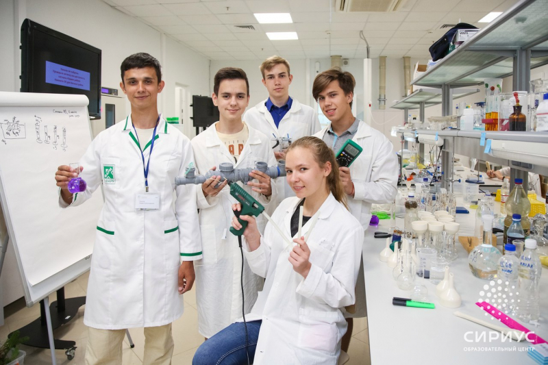 Андрей Лазукин со школьниками. Источник: группа образовательного центра «Сириус»
