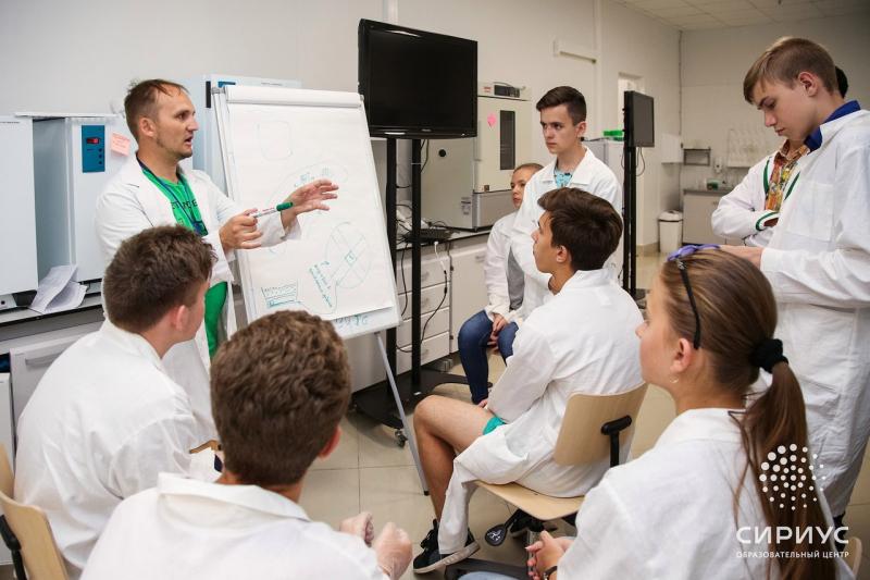 Никита Волченко со школьниками. Источник: группа образовательного центра «Сириус»