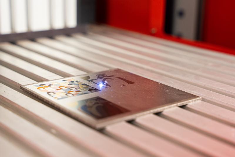 Цветную маркировку на поверхности можно сделать с помощью лазера МиниМаркер2-Color