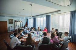中文门牌和统一学生证: 外国留学生委员会与校长会见了