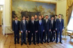 在开始招生活动时候,Vladimir Putin与圣彼得堡国立大学和圣光机ACM ICPC国际大学生程序设计竞赛的获胜者会见